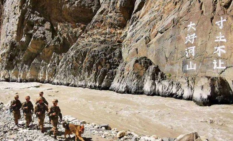 解放軍部在班公湖河谷上漆「大好河山,寸土不讓」大字,表明保護領土決心。圖/取材自微博