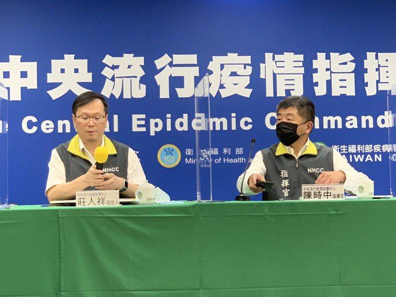中央流行疫情指揮中心今天宣布,我國再增加2例新冠肺炎境外移入個案,由指揮官陳時中(右)及發言人莊人祥(左)對外說明。聯合報系記者陳雨鑫/攝影