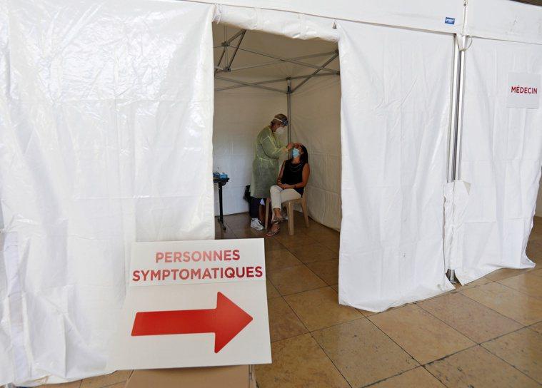 歐洲10日單日新增病例超過美國,再度成為疫情感染熱區。圖為法國尼斯檢測站。路透