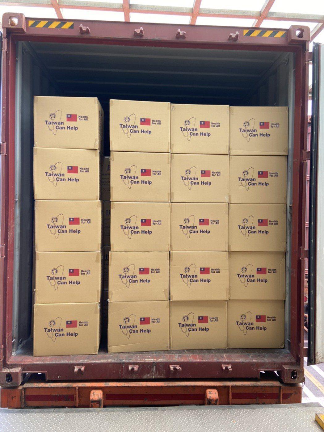 840萬片口罩在6月27日上午抵達港口,現場出動30名國軍協助包裝,每箱口罩外觀...