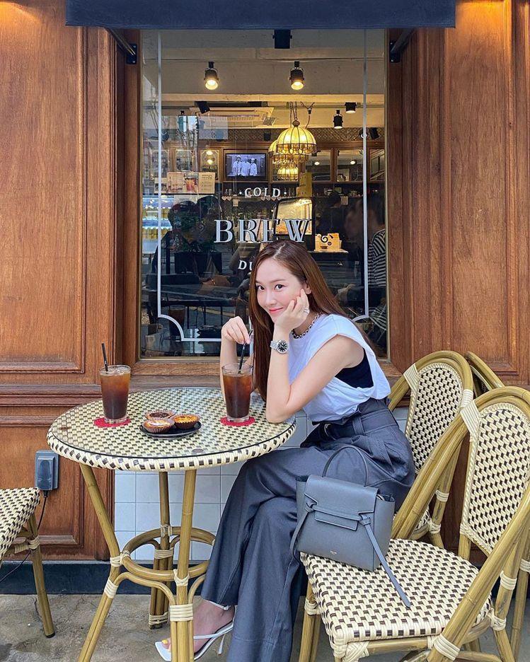 Jessica以Nano Belt Bag作為下午茶的配件款式。圖/取自IG