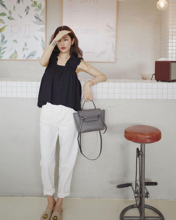 許路兒以優雅的日裝展現灰色Nano Belt Bag的洗鍊質感。圖/取自IG
