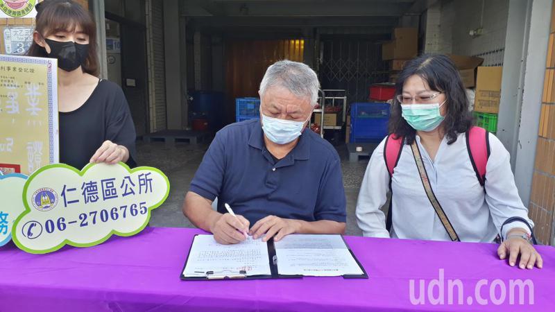 年用2兩萬頭豬 的台南「萬有全」金華火腿,今天完成國產肉品認證。記者周宗禎/攝影