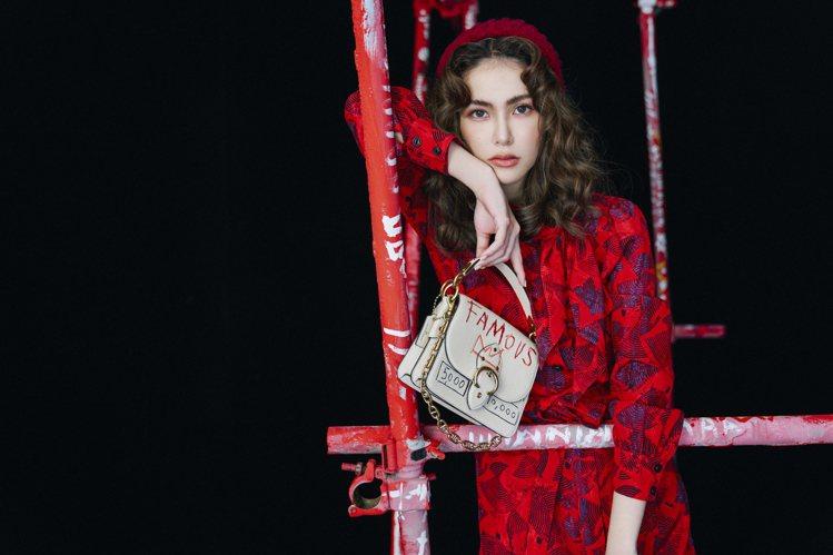昆凌在優雅復古造型中,以八○年代風格的印花連衣裙搭配COACH x Jean-M...