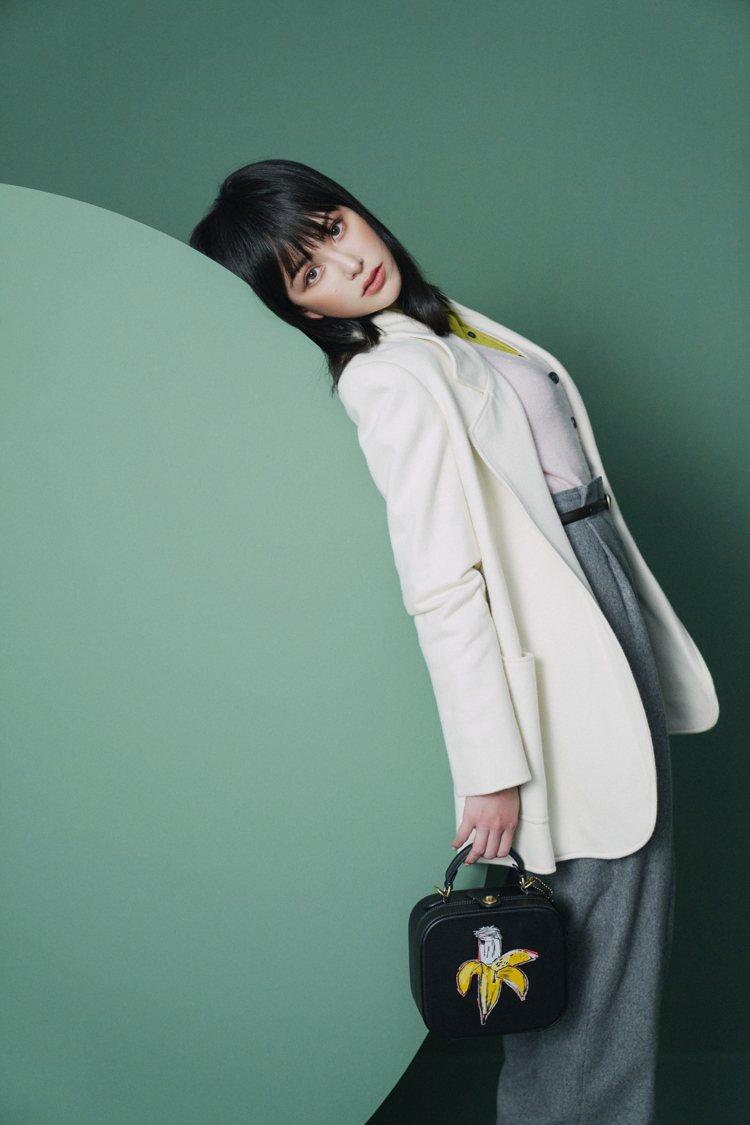 俏皮時髦的穿搭中,昆凌詮釋寬版外套、COACH x Jean-Michel Ba...