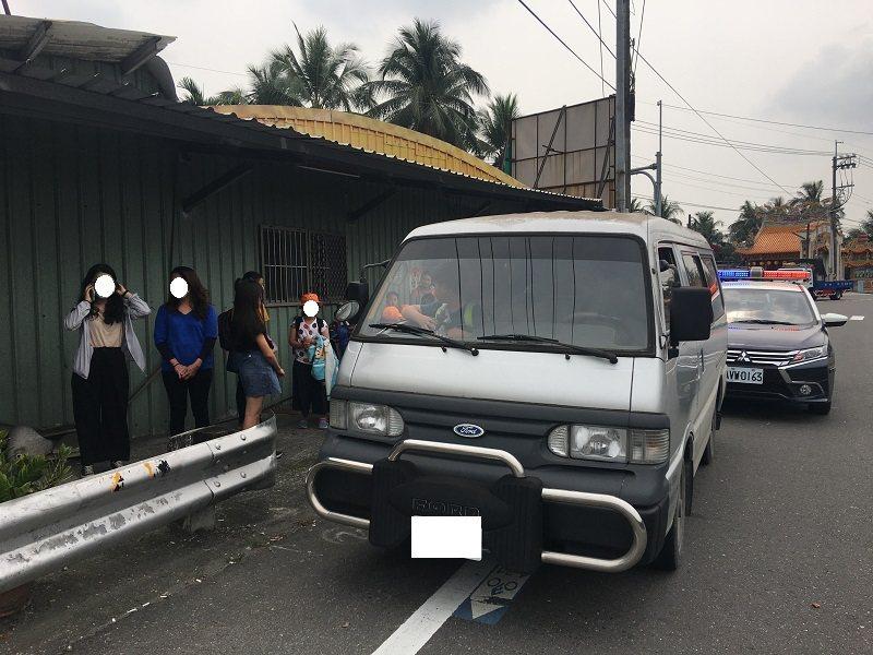 攔查學童接送車超載違規情況。圖/屏東監理站提供