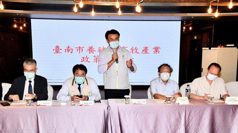 農委會主委陳吉仲(中)昨晚南下和台南市養豬和畜牧團體座談。圖/台南市農業局提供