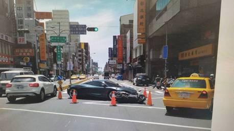 台南鬧區汽機車擦撞 男開友人千萬McLaren跑車外出受損