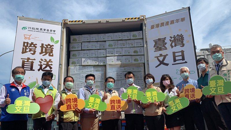 農委會主委陳吉仲(右六)今天在台南主持文旦跨境直送香港啓動儀式。記者吳淑玲/攝影