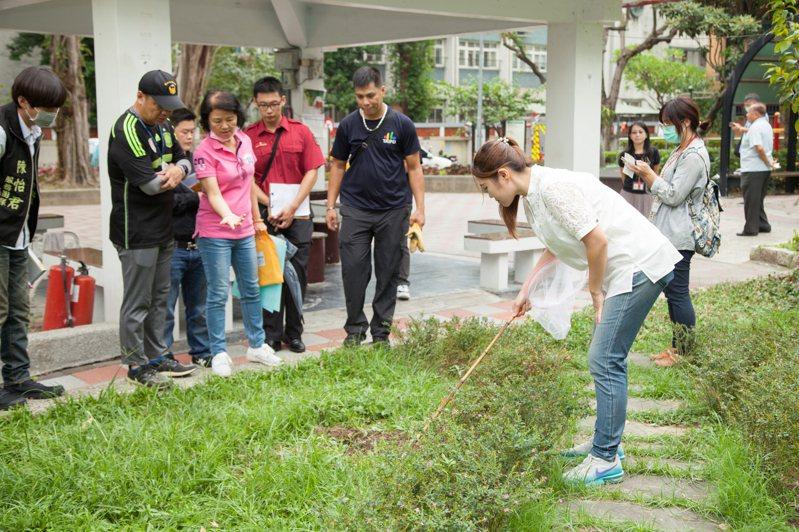 台北市議員陳怡君(右)前天赴仁德公園辦理設施會勘,會勘到一半,出席會勘的公園處人員竟遭突然竄出的蛇隻咬傷。圖/議員陳怡君提供