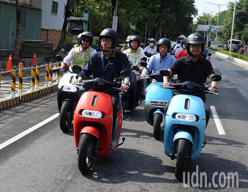 道路平不平,機車族最有感。高雄市長陳其邁(前左)今天騎機車實測新舖道路品質。記者楊濡嘉/攝影
