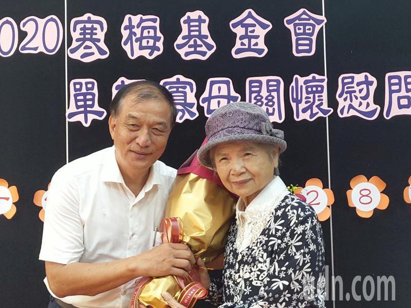 嘉義家扶中心主委黃國芳(左),感謝陳楊麗蓉阿嬤(右)的善心。記者卜敏正/翻攝