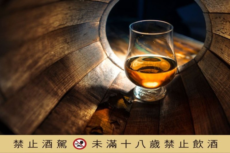 OMAR正是「琥珀」之意,南投酒廠以純淨水源釀成琥珀魂。圖/台灣菸酒提供。提醒您:禁止酒駕 飲酒過量有礙健康。