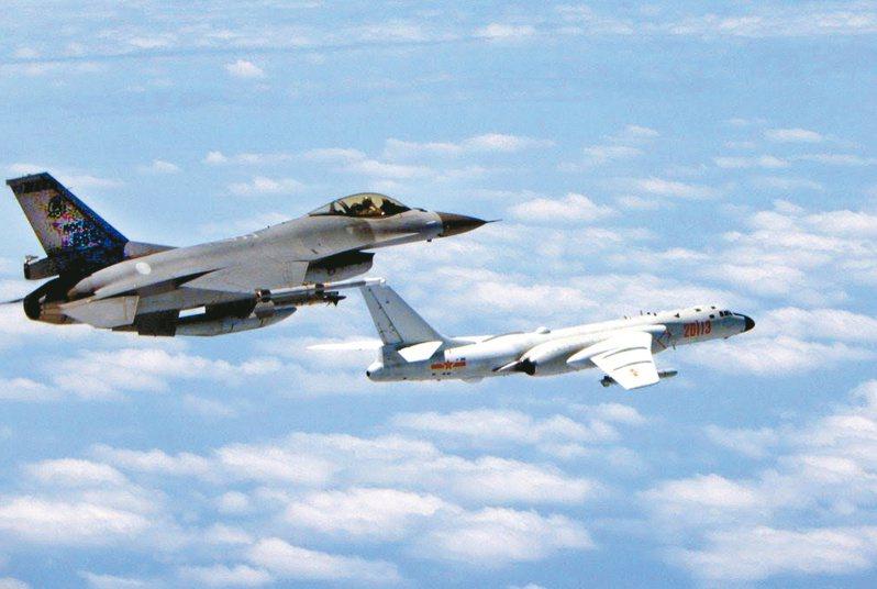 近來共機頻頻進入我空域範圍,或密集繞台挑釁。圖為我空軍F16戰機(左)攔截共軍轟6K照。圖/國防部提供