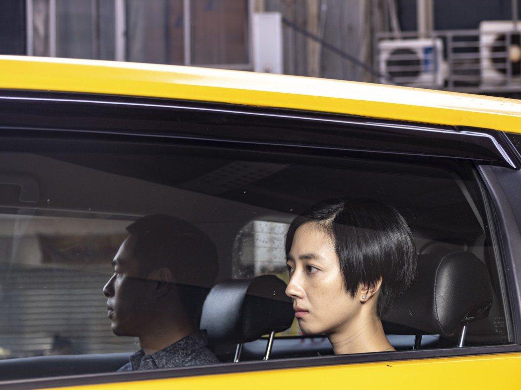 杨佑宁(左)、桂纶镁(右)在「腿」中演出情侣档。 图/甲上提供