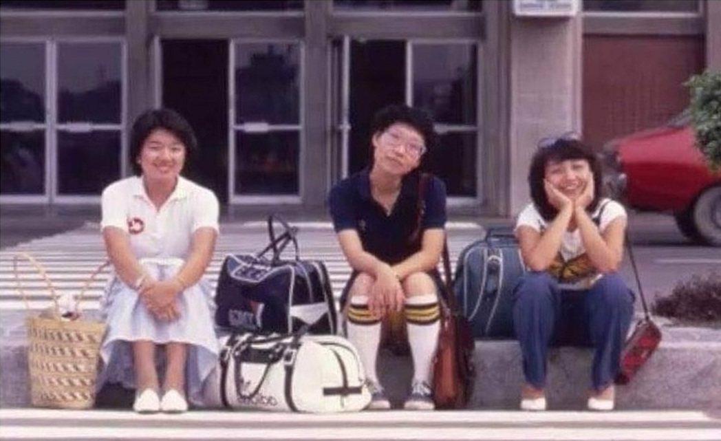 1981年馬宜中(左起)、王新蓮和鄭怡曾發行三人同名專輯,在松山機場外留下合照。...