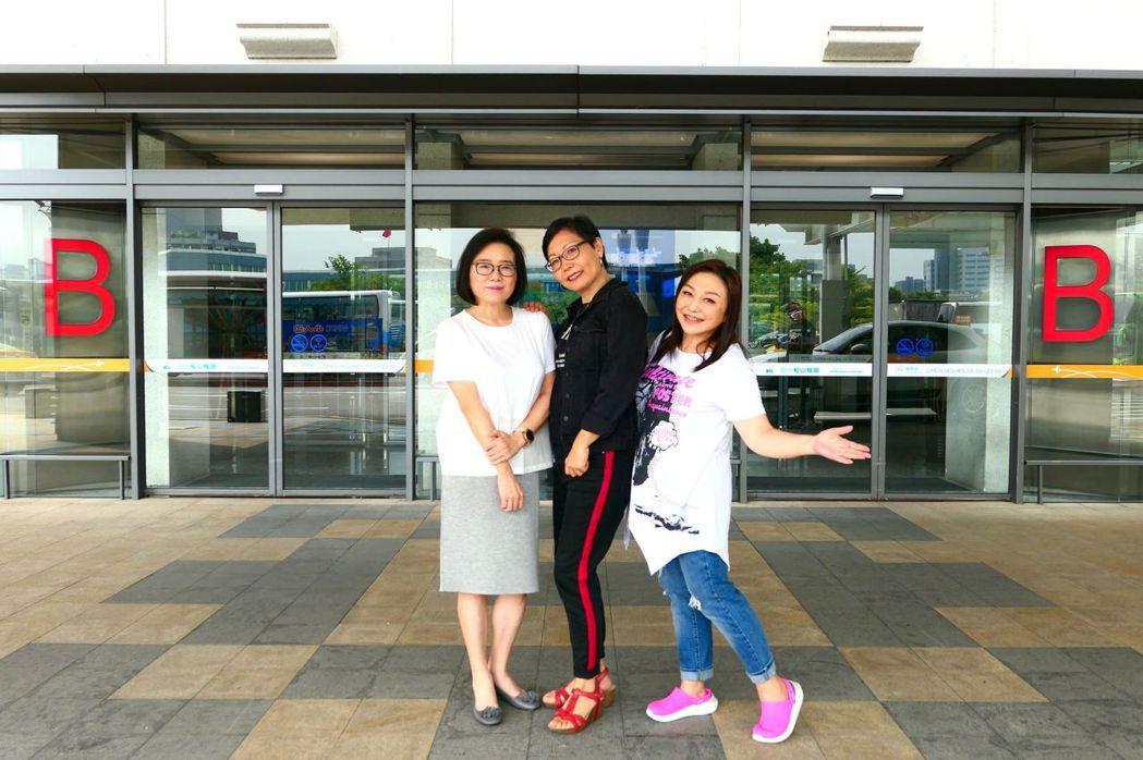 馬宜中(左起)、王新蓮和鄭怡重回松山機場外,復刻舊照憶當年。圖/開麗提供
