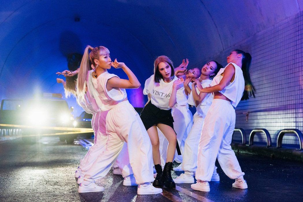 楊丞琳新歌「BAD LADY」百變造型令人驚艷,重拾舞鞋完成20年唱跳歌手夢。圖...
