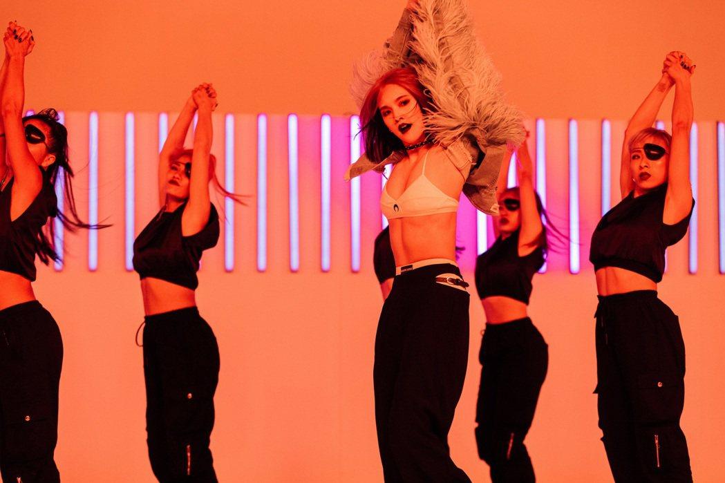楊丞琳新歌「BAD LADY」百變造型令人驚艷,重拾舞鞋完成20年唱跳歌手夢。圖