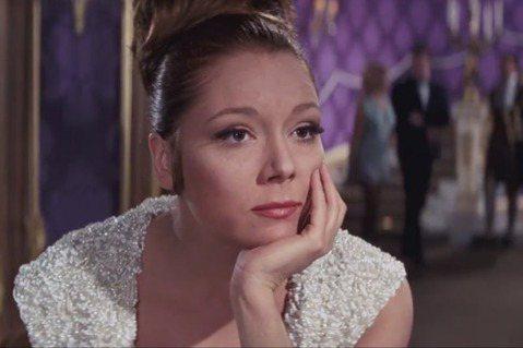 英國資深女星黛安娜蕾因癌症在家中去世,享壽82歲。她曾經在007第6集「女王密使」中扮演崔西女伯爵,最後嫁給龐德為妻,卻在婚禮後馬上被謀害,讓該片以當時龐德片罕見的悲劇收場,使她成為影史上評價最佳的...
