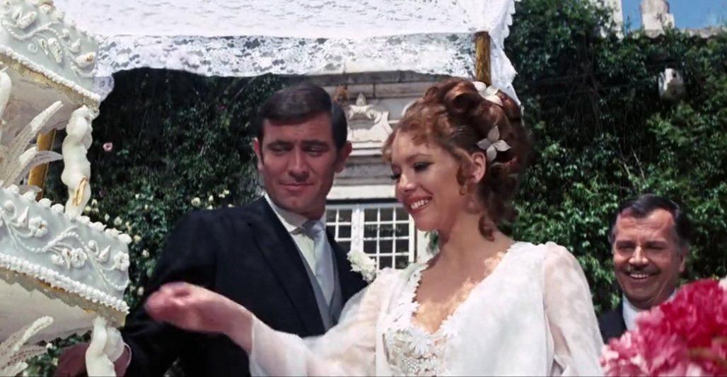 第2代007喬治拉贊貝(左)與黛安娜蕾在「女王密使」中結婚。圖/摘自imdb