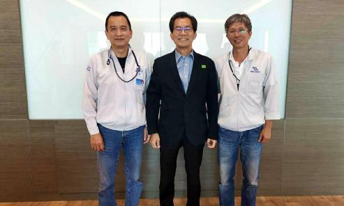 泰鼎董事長王樹木(右)及執行長周瑞祥(左)和駐泰代表李應元。圖/泰鼎提供
