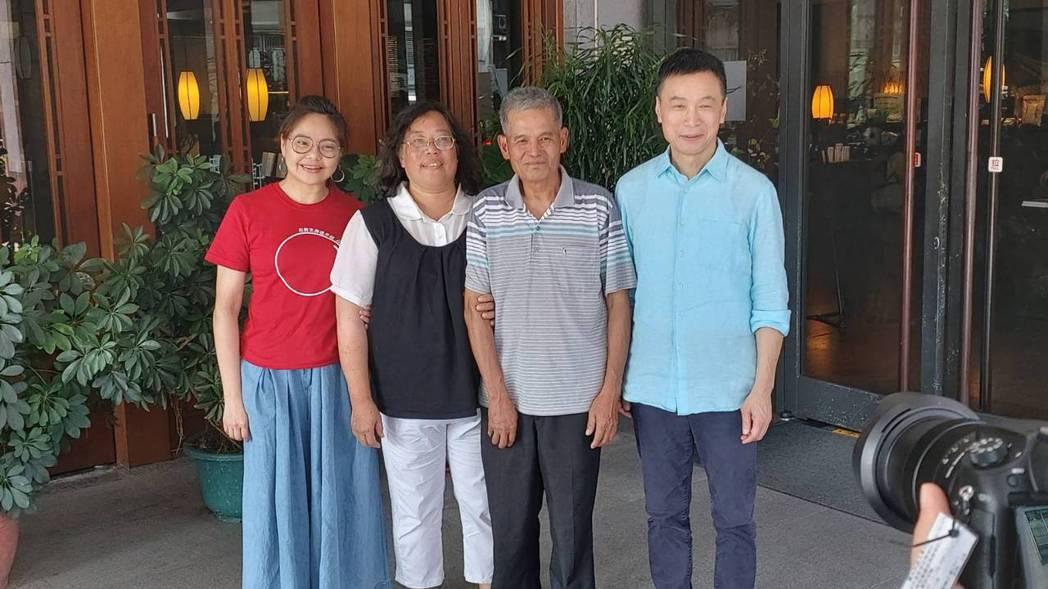 李天柱(右)、林嘉俐拍攝新戲與本尊見面。圖/大愛台提供