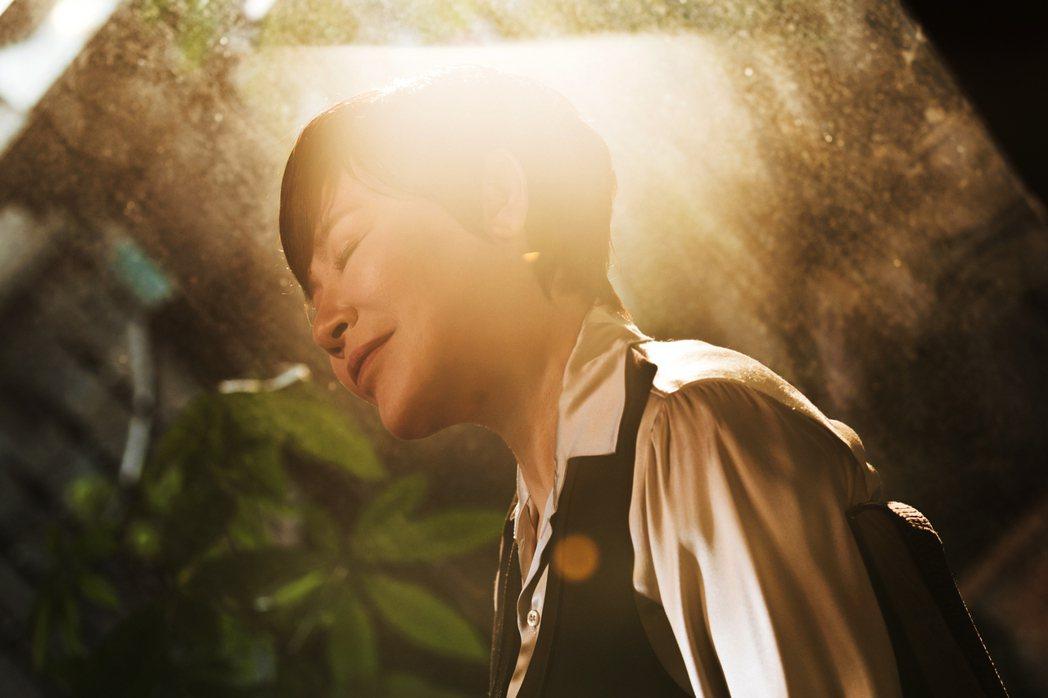 黃小琥推出全新英文單曲「I Sing」,唱出30年來的舞台人生。圖/華納提供