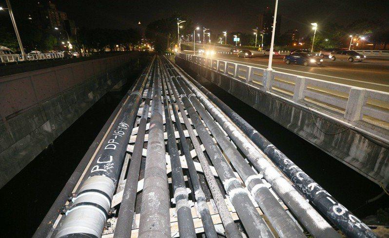 在距離傳出華運乙烯外洩處約300公尺的「第三管束」管線。記者劉學聖/攝影