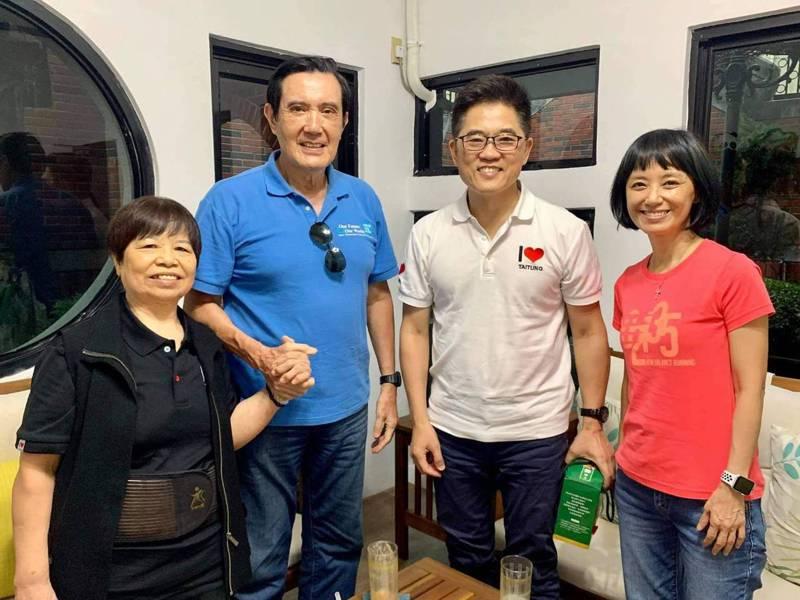 前總統馬英九(左二)今天低調到台東,拜訪前縣長黃健庭(右二)及陳樹菊阿嬤(左)。圖/翻攝自黃健庭臉書
