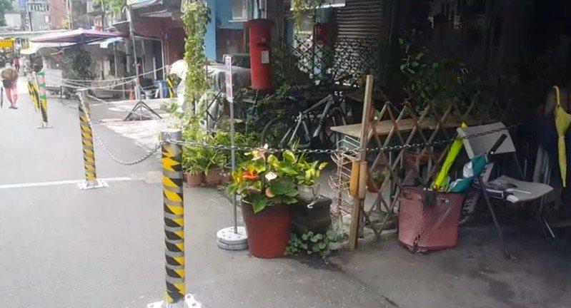 新北市平溪區十分老街發生租金糾紛,約四分之一店家門口鎖鐵鍊,遊客批誇張。記者游明煌/翻攝