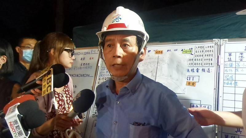 高市副市長林欽榮向媒體說明,排空作業延遲時,有居民不耐,上前質問。記者林保光/攝影