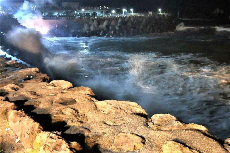 只要看到浪花打到礁石激起白浪花打上岸,就要盡速離開,隨時會有瘋狗浪出現。記者游明煌/攝影