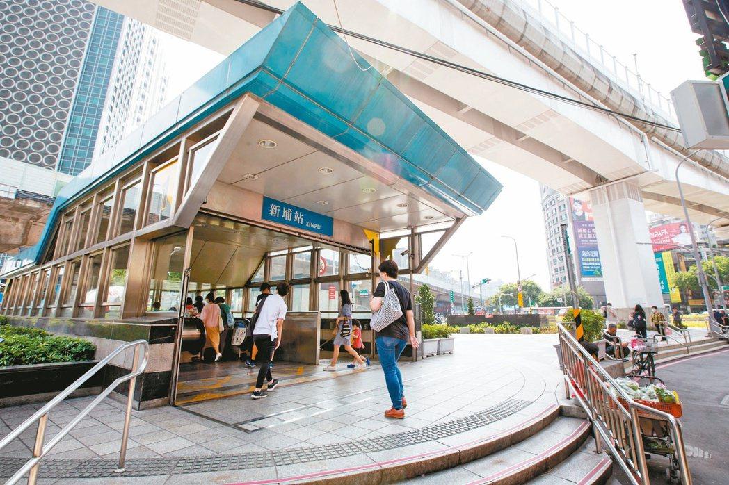 板橋新埔捷運站附近商家林立,生活機能完備。記者季相儒/攝影