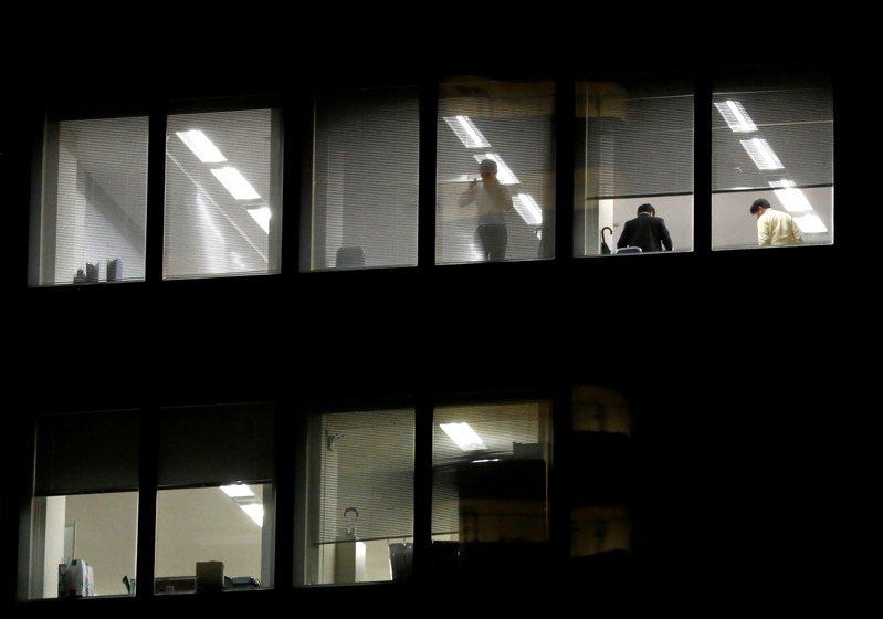 勞方雖抱怨連連,但為了生活,很多人只能是接受「超時勞動」。圖為東京一座辦公大樓。路透