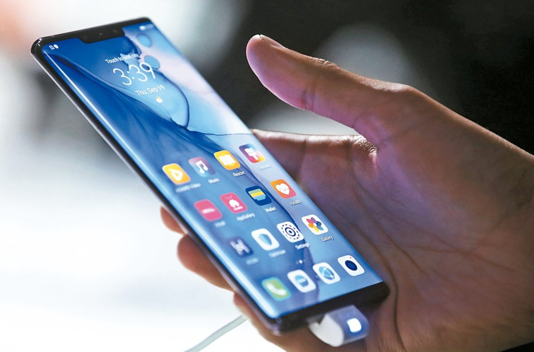 愈來愈多民眾會為自己的寶貝高價手機投保手機保險,今年上半年申辦件數已破百萬件。圖...