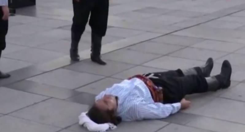 土耳其一場街頭表演中,男演員Uzunsoy表演墜馬。(影片截圖:Facebook@Kocaelivizyon.com)