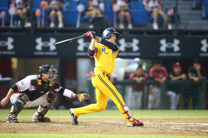 中華職棒中信兄弟隊陳文杰(右)11日5打數敲出4支安打,刷新個人單場紀錄。 (中信兄弟提供)中央社