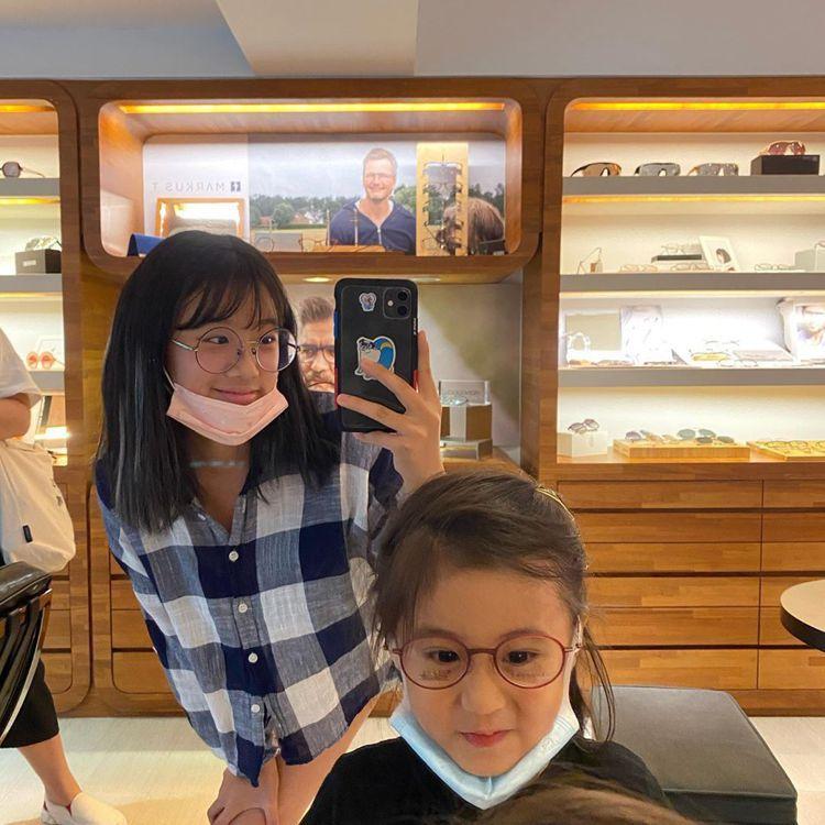 咘咘戴上眼鏡與梧桐妹長像極相似,宛如雙胞胎。圖/擷自IG