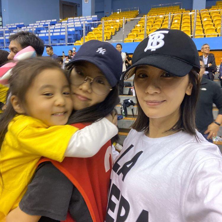 賈靜雯的大女兒梧桐妹(Angel)常與同母異父的妹妹咘咘、Bo妞玩在一起,全家人...