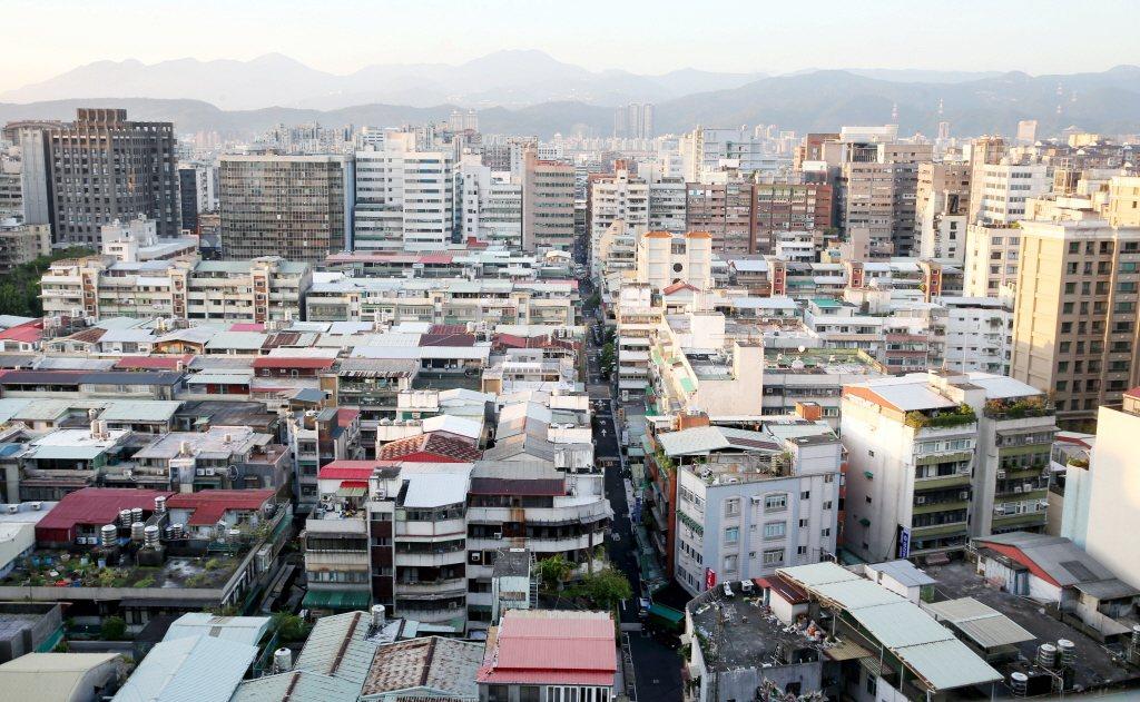 台灣市容因新舊建築交錯雜亂,曾被韓國遊客嫌棄。 圖/聯合報系資料照(記者林俊良攝...