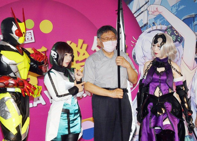 台北市長柯文哲(右二)今下午出席西門町活動,並在會前安排媒體聯訪。圖/中央社