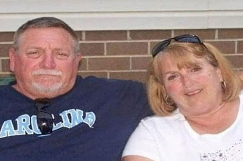 北卡州一對結縭48年的夫婦強尼‧比博思和凱西‧比博思,在一個月前感染新冠肺炎,日前攜手離世。(Summersett殯儀館提供)
