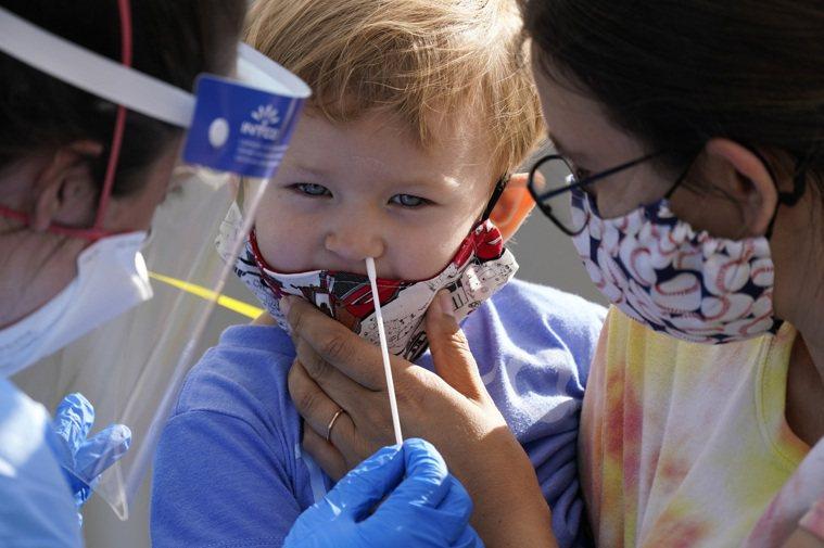 CDC的研究顯示,幼童在托兒所感染新冠病毒後,回家後會傳染家人。圖為西雅圖一名兩...