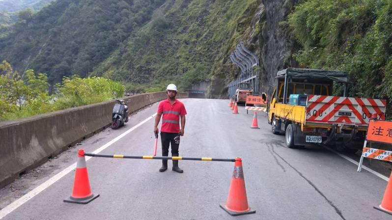 近日地震導致山區邊坡土石不穩,南橫公路梅蘭明隧道(台20線100K)邊坡陡峭常有岩屑崩滑與掉落,公路局人員現場實施交通管制。記者徐白櫻/翻攝
