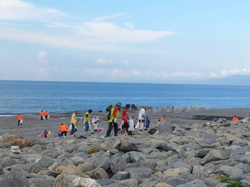 響應縣環保局辦理的「台東清潔月」活動,台東上百民眾今天早上分持鐵夾和水桶前往園國際地標淨灘。記者尤聰光/攝影