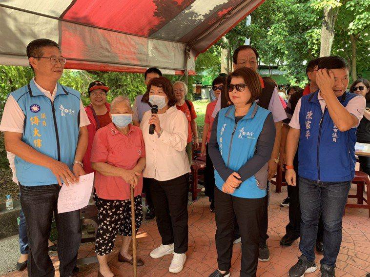九旬婦人(左二)與市長黃敏惠一同高喊「自己的健康自己顧」。記者李承穎/攝影