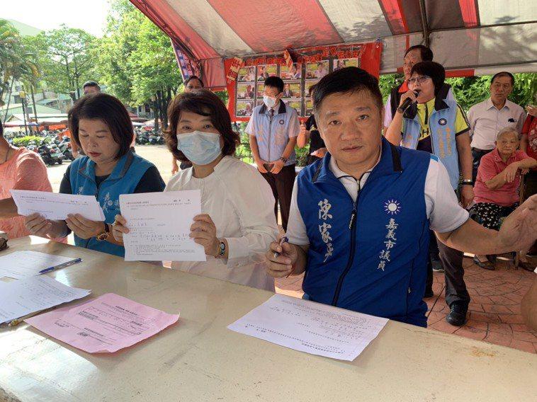 市長黃敏惠(中)與市議員張秀華(左)、陳家平(右)共同連署。記者李承穎/攝影