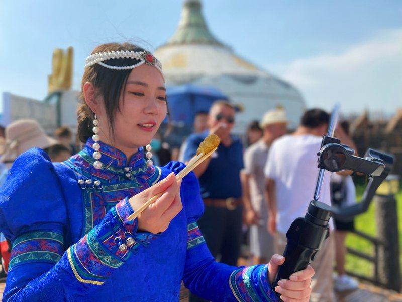 中國大陸內蒙古取消蒙語教學,引發蒙古族學生和家長抵制,圖為網直播介紹呼和浩特美食油炸糕。 (中新社)