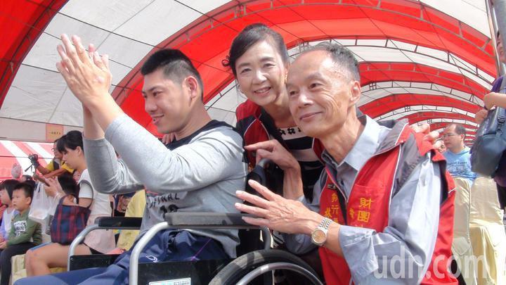 財團法人若竹兒教育基金會執行董事林朋輝(右)夫婦領養多重障礙孩子東毅,也成立「若
